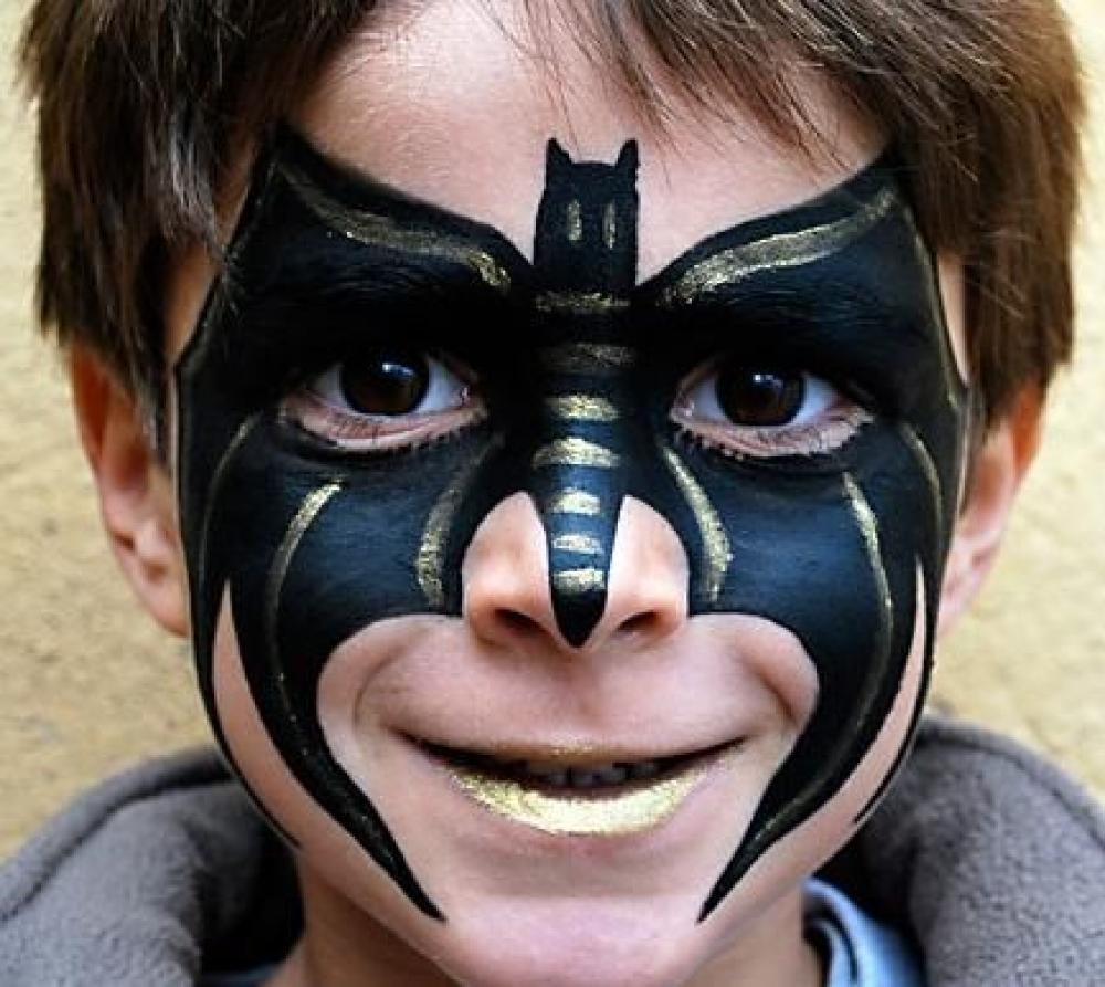 murciélago plateado y negro con maquillaje para niño