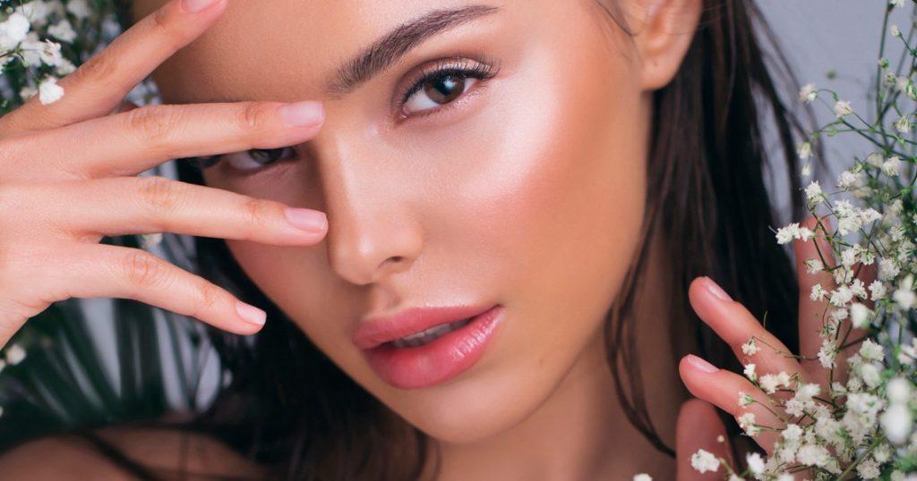 maquillaje iluminador sencillo