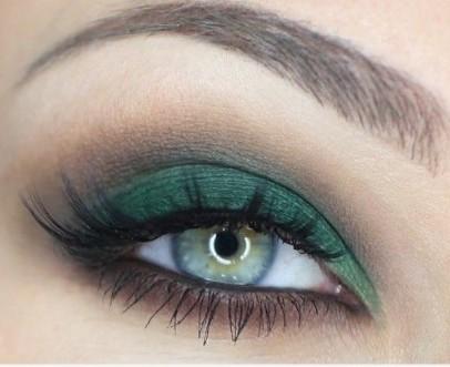 maquillaje verde sobre ojos verdes