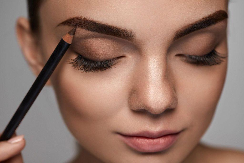 tutorial de maquillaje - aplica lápiz de cejas