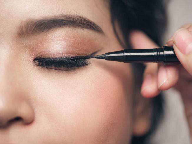 tutorial de maquillaje - aplicar eyeliner
