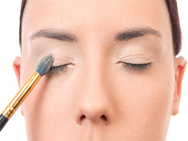 tutorial de maquillaje - aplica primer de ojos