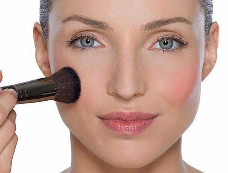 maquillaje natural para diario - aplica rubor