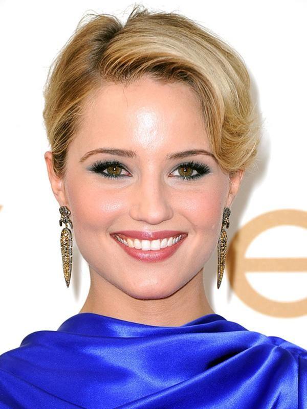 maquillaje vestido azul eléctrico