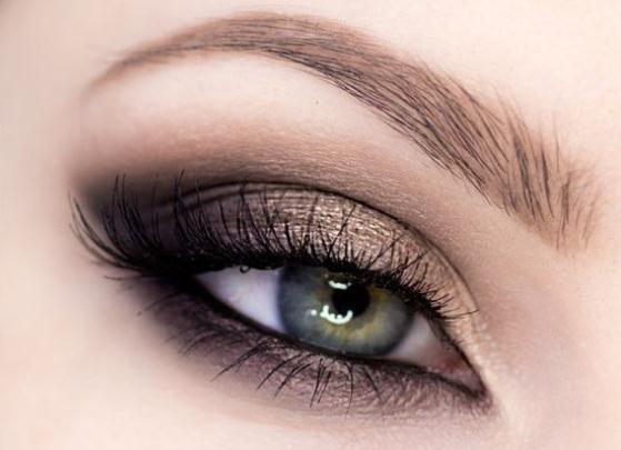 marrón y dorado smokey eyes